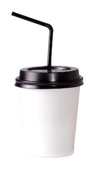 Weißer papierbecher zum trinken mit strohhalm auf einer weißen fläche