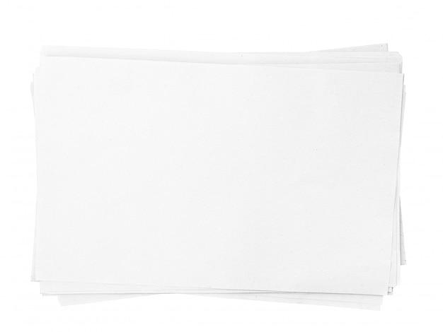 Weißer papierbeschaffenheitsstapel a4 lokalisiert auf weißem hintergrund mit beschneidungspfad
