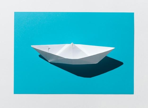Weißer papierboot hoher winkel