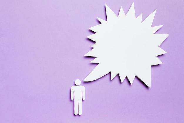 Weißer pappmann, der auf violettem hintergrund denkt