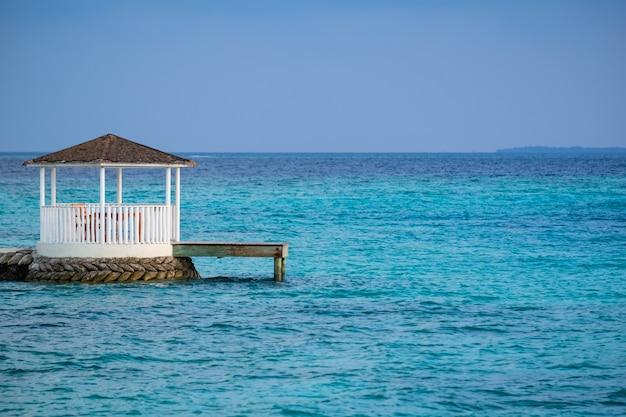 Weißer pavillon im schönen klaren meer in den malediven