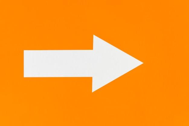Weißer pfeil auf orange minimalistischem hintergrund