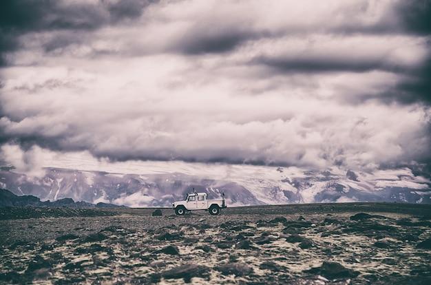 Weißer pickup, der berge während des tages reist