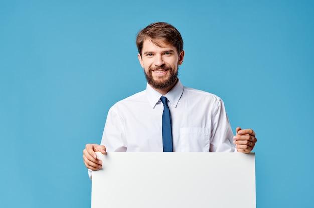 Weißer plakatwerbungsexemplar des emotionalen mannes lokalisierter hintergrund