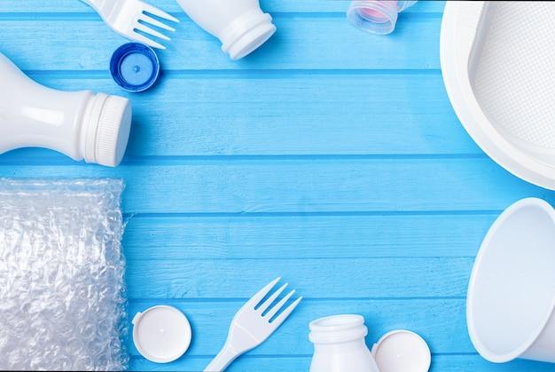 Weißer plastikmüll zum recycling