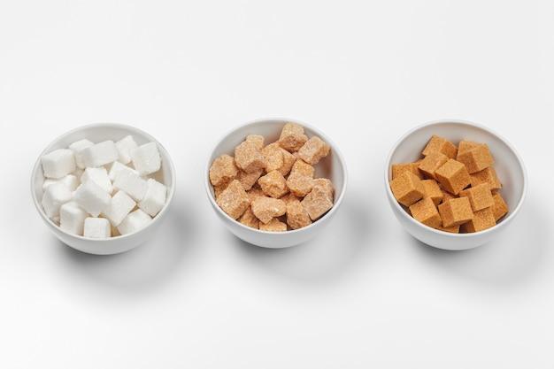 Weißer raffinierter zucker und braune unraffinierte zuckerwürfel