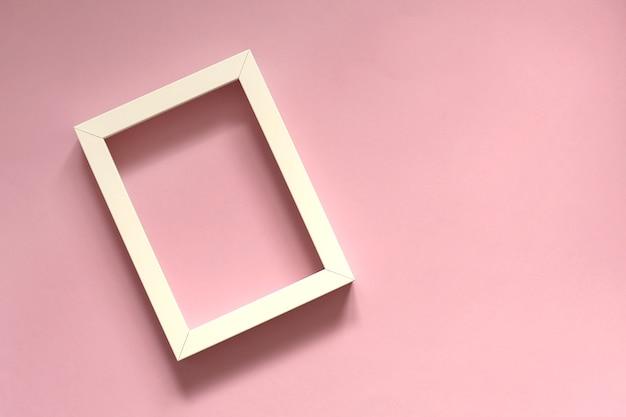 Weißer rahmen auf einer rosa oberfläche