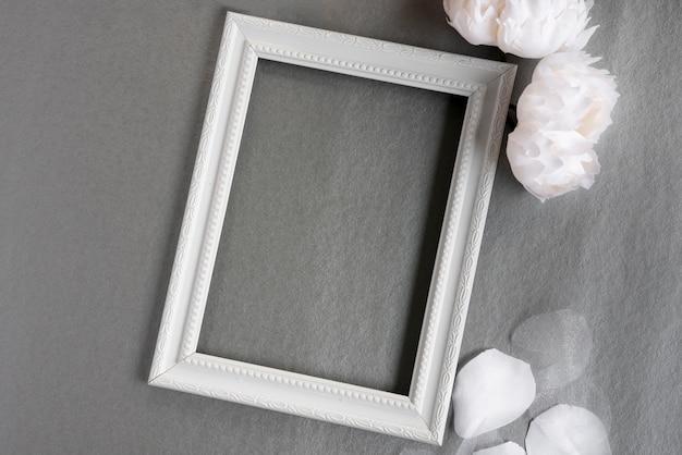 Weißer rahmen der draufsicht mit grauem hintergrund