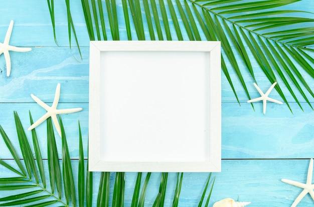 Weißer rahmen des sommers mit tropischer palmblattniederlassung