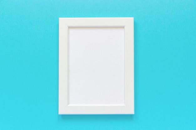 Weißer rahmen mit leerer karte auf blauem hintergrund