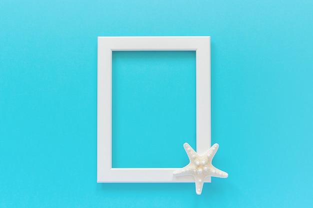 Weißer rahmen mit starfish auf blauem hintergrund