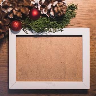 Weißer rahmen mit weihnachtsdekoration