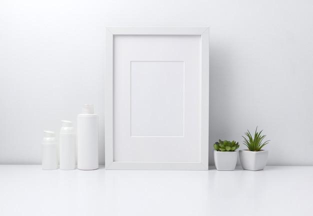 Weißer rahmen, pflanzen und kosmetikflaschenbehälter auf bücherregal oder schreibtisch.