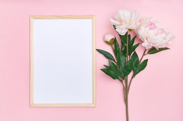 Weißer rahmen und rosa blumen auf einem mehrfarbigen hintergrund