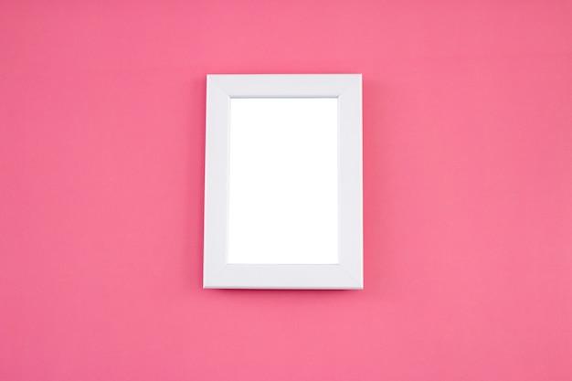 Weißer rahmenspott oben auf rosa hintergrund.