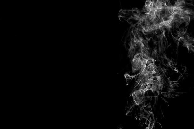 Weißer rauch auf der rechten seite des hintergrunds