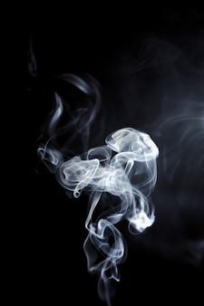 Weißer rauch auf schwarz