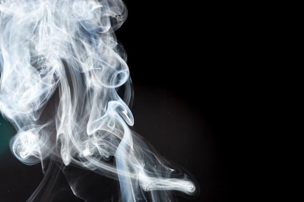 Weißer rauch mit abstrakter form