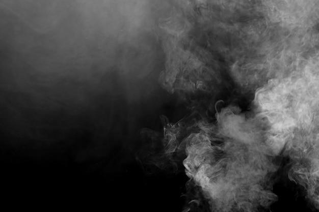 Weißer rauchschlag auf dunklem hintergrund.