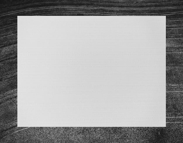 Weißer rechteckiger rahmen auf schwarzem steinhintergrund.
