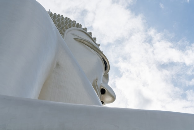 Weißer riesiger buddha im tempel bei wat phu manorom in mukdahan, thailand.