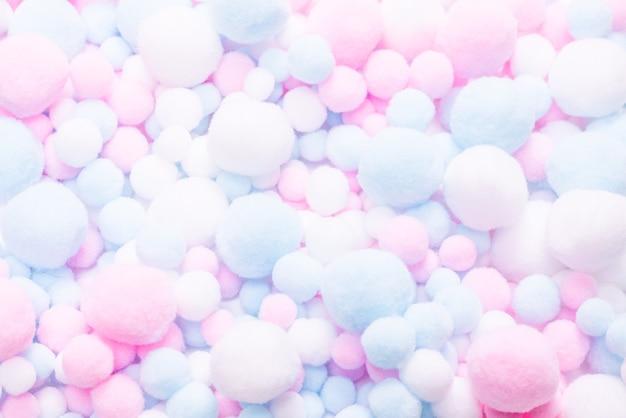 Weißer, rosa und blauer weicher pomponhintergrund.