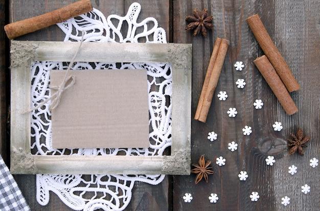Weißer rustikaler bilderrahmen auf spitze mit leerem kartonpapier für anmerkung
