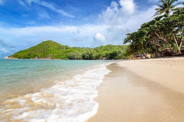 Weißer sand des schönen herrlichen unglaublichen tropischen strandes, blauer himmel mit wolken