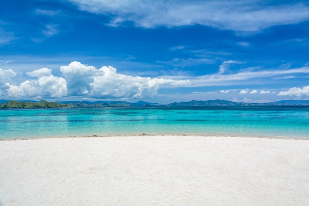 Weißer sand-strand mit zwei unterschiedlicher farbe von clearblue-meer in kanawa-insel, komodo