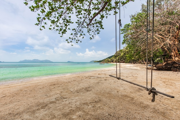 Weißer sand und blauer himmel im tropischen strand in koh wai-insel, thailand