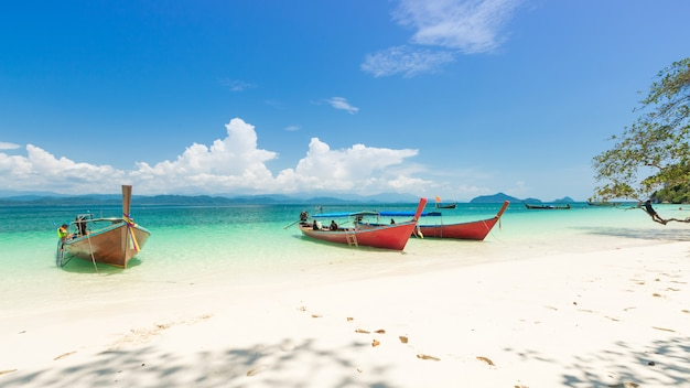 Weißer sandstrand und boot des langen schwanzes in insel khang khao (schlägerinsel), die schöne meer-ranong-provinz, thailand
