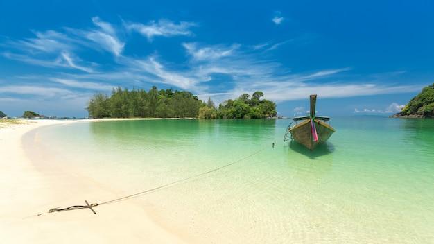Weißer sandstrand und boot des langen schwanzes in kham-tok insel (koh-kam-tok), thailand.