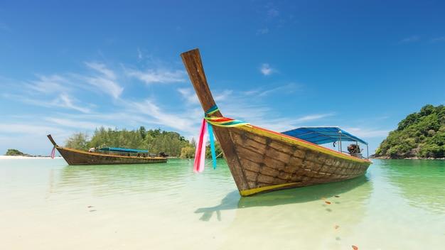 Weißer sandstrand und boot des langen schwanzes in kham tok island (koh kam tok), die schöne meer-ranong-provinz, thailand