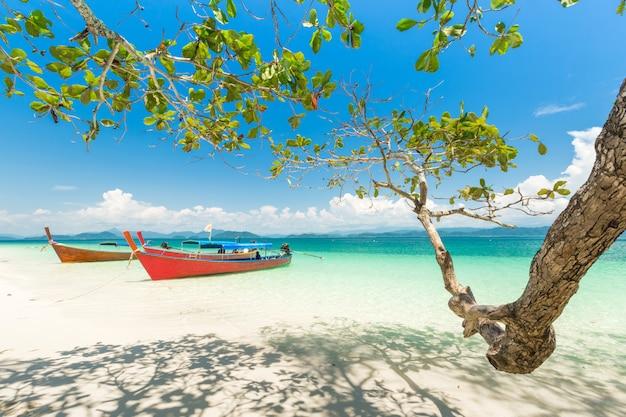 Weißer sandstrand und boot des langen schwanzes in khang khao island (schlägerinsel), thailand.