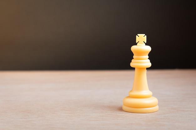 Weißer schachkönig mit schwarzem hintergrund