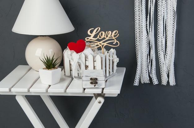 Weißer schlafzimmerdekor auf dunkelgrauem backfround