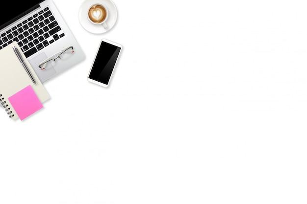 Weißer schreibtisch des draufsichtarbeitsplatz-geschäfts mit laptop-computer, büroartikel und kaffeetasse
