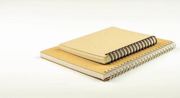 Weißer schreibtisch und tagebuchbücher.