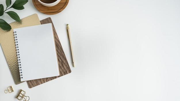 Weißer schreibtischtisch. flach legen