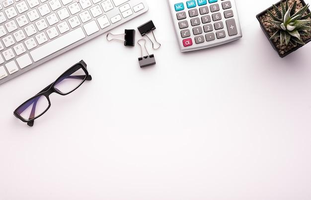 Weißer schreibtischtisch mit schulzubehör mit bürobedarf.