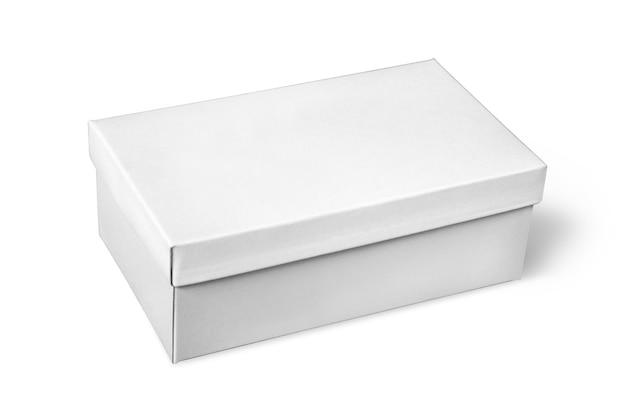 Weißer schuhkarton isoliert auf weiß mit beschneidungspfad