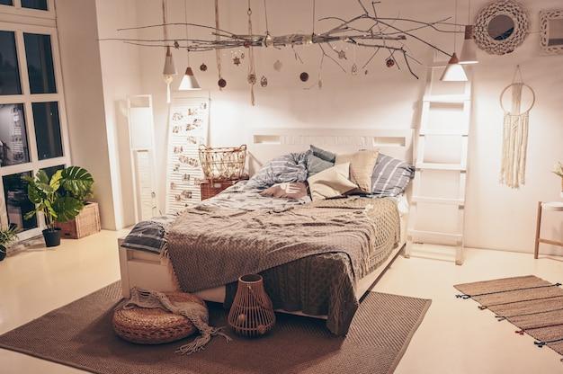 Weißer skandinavischer artschlafzimmerinnenraum mit umweltfreundlichen materialien.