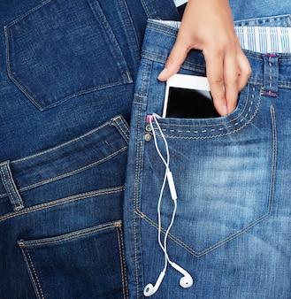 Weißer smartphone mit einem leeren schwarzen bildschirm und kopfhörern