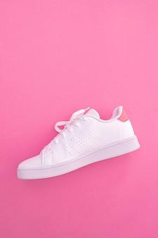 Weißer sneaker auf farbigem hintergrund mit kopienraum