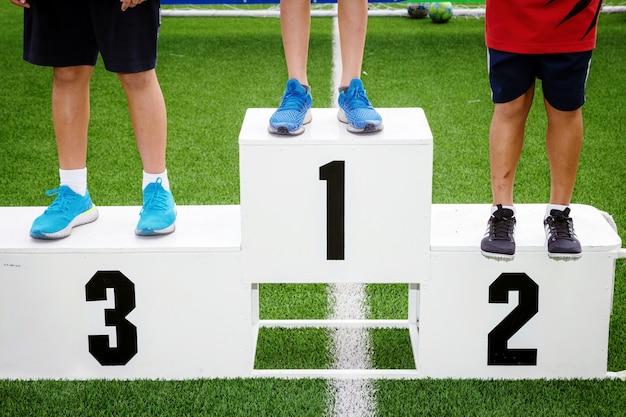 Weißer sportpreisstand auf dem sportplatz