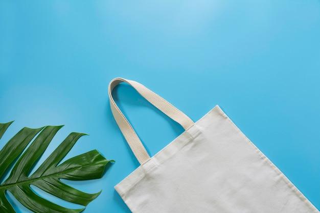 Weißer stoff für die einkaufstasche. stoffeinkaufssackmodell mit kopienraum.