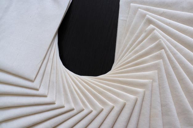 Weißer stoff gefaltet oder gestapelt. stoff textur hintergrund