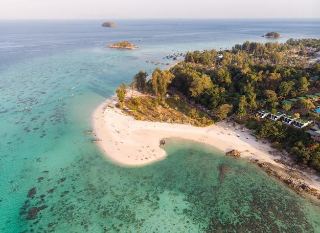 Weißer strand des karmas im tropischen smaragdmeer in lipe insel