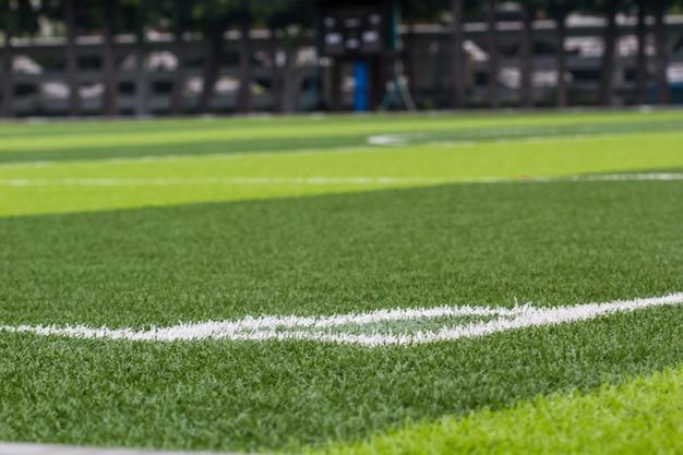 Weißer streifen auf dem grünen fußballplatz aus der draufsicht