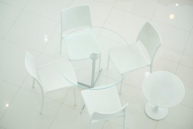 Weißer stuhl für die kundenempfehlungen im autohaus. konferenzraum.